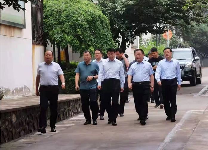 西安市副市长贠笑冬深入陕鼓社区看望慰问退休老党员